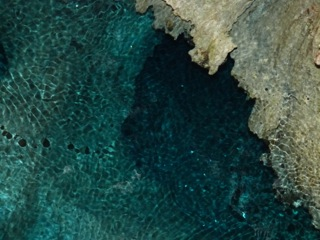 地底湖の青さ